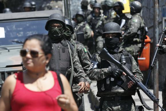 Forças Armadas voltam à Rocinha e ajudam a polícia na buscas de armamentos na área. Foto: Tânia Rêgo/Agência Brasil