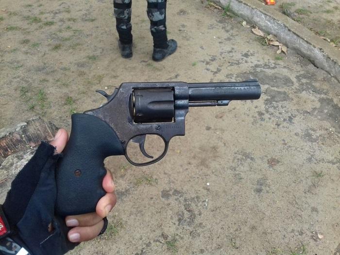 PMs encontraram rapidamente revólver municiado com casal no Centro de Goiana. Foto: Cortesia PMPE (PMs encontraram rapidamente revólver municiado com casal no Centro de Goiana. Foto: Cortesia PMPE)