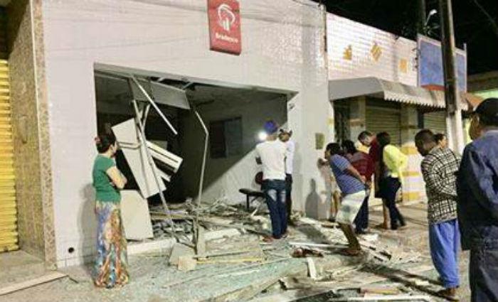 Quadrilha explode caixa eletrônico em Saloá. Foto: Reprodução/ Facebook