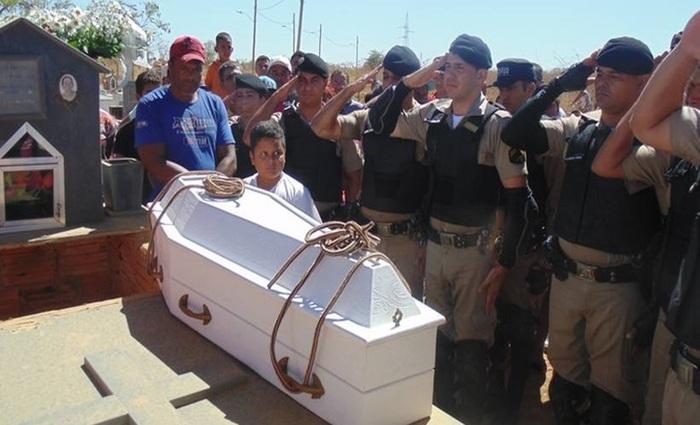 O enterro do garoto morto em consequência do incêndio foi marcado pela presença de policiais militares, que tinham a admiração de Mateus  (Luiz Ribeiro/EM/Da.press)