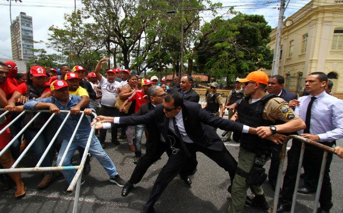 Seguranças tentam evitar avanço dos manifestantes nas grades de isolamento. Foto: Peu Ricardo/DP