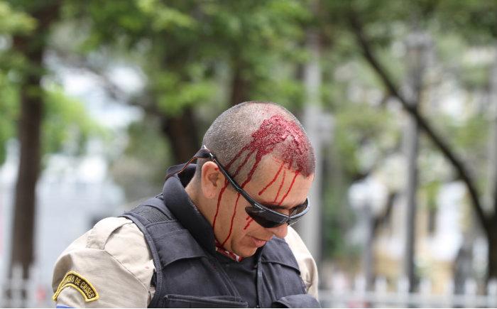 Policiais foram feridos com pedras. Foto: Hélia Scheppa/SEI