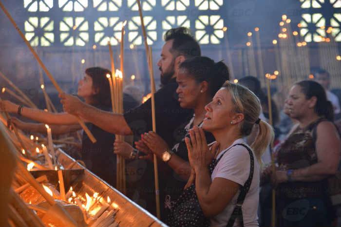 A celebração este ano comemora os 300 anos da aparição da imagem de Nossa Senhora Aparecida e já supera o número de fiéis do ano passado. Foto: Agência Brasil