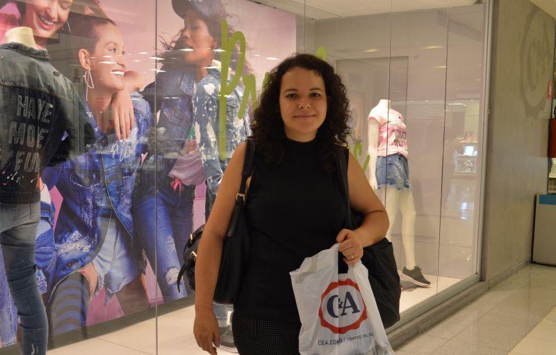 A bancária Elisa Pinheiro faz pesquisa em várias shoppings antes de se decidir e atesta: tem encontrado roupas e acessórios com preços acessíveis. Foto: Ana Carneiro/Correio Braziliense