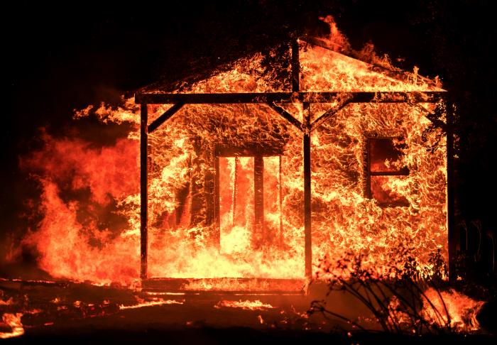 Ventos secos e velozes atinge a região do vinho, dificultando os esforços de milhares de bombeiros de todo o país que tentam conter os 21 focos de incêndio que atingiram 68.800 hectares. Foto: Josh Edelson/AFP
