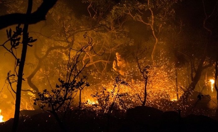 Fogo que consome Parque Nacional da Chapada dos Veadeiros reacendeu com os ventos da madrugada  (Fernando Tatagiba/ICM Rio)