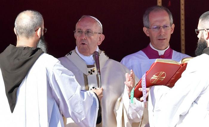 Após cânticos e orações, Francisco leu a fórmula de canonização. Foto: Tiziana Fabi/ AFP
