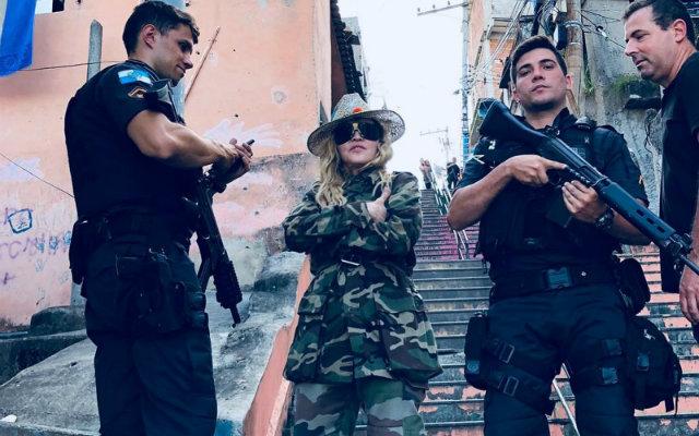 Cantora fez registro com policiais na comunidade. Foto: Instagram/Reprodução