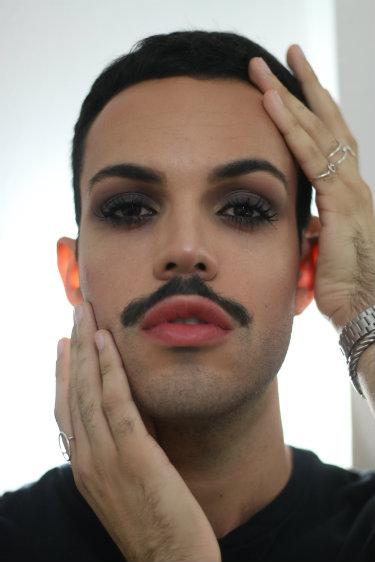 Mateus Rodrigues é conhecido na internet como Phyno e vê na maquiagem uma atitude política e fonte de empoderamento. Foto: Gabriel Melo/Esp. DP/DA Press