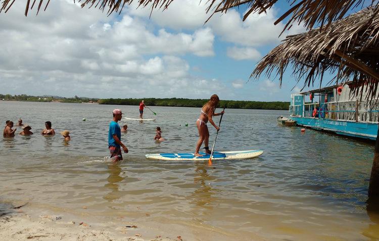 Stand up paddle, esporte que usa remo e prancha para se locomover, pode ser praticado por pessoas de qualquer idade, segundo os instrutores (Cláudia Eloi / DP)
