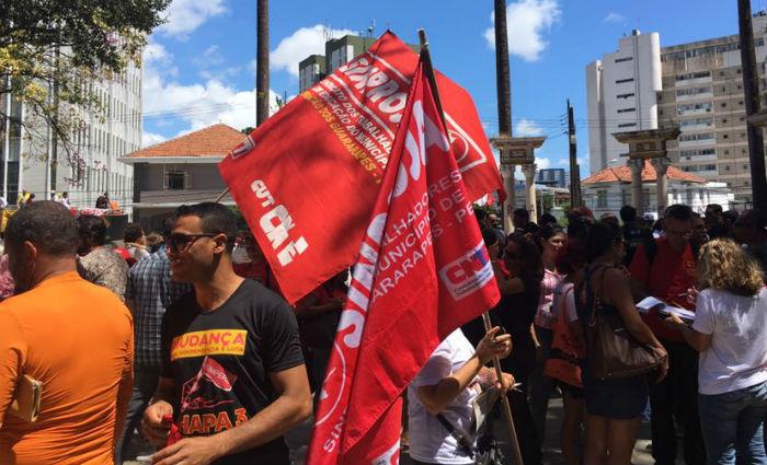 Centrais sindicais realizam ato contra as reformas na Praça do Derby. Foto: Thatiana Pimentel/ DP