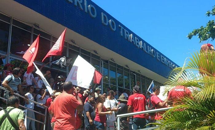 Manifestantes seguiram em passeata até a sede do Ministério do Trabalho. Foto: Samuel Calado/ Esp DP.