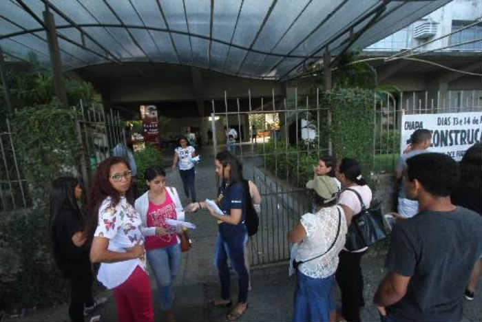 Saída dos estudantes das provas do domingo. Foto: Roberto Ramos/DP