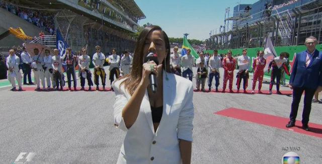 Carioca apresentou Hino Nacional ao mundo em competição automobilística neste domingo. Foto: Globo/Reprodução