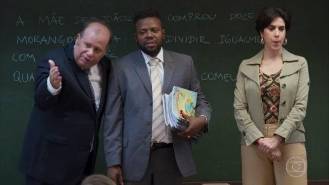 Ator Érico Brás (centro) vive ex-ator pornô que representa, na história, Alexandre Frota. Foto: Globo/Reprodução