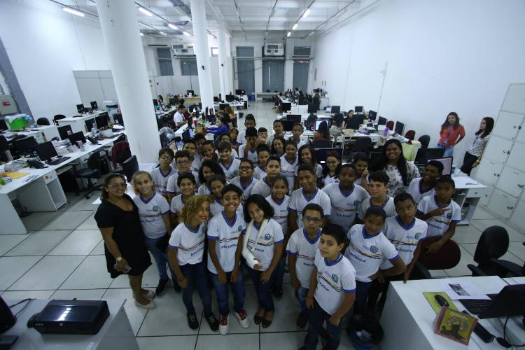 O grupo foi recebido pela repórter de multimídia, Aline Ramos e pela estagiária de Local, Isabela Veríssimo. Foto: Marlon Diego/Esp.DP