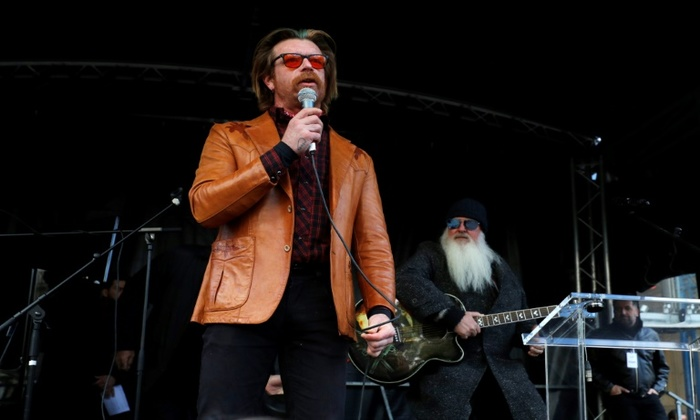 O vocalista Jesse Hughes e o guitarrista Dave Catching da banda Eagles of Death Metal.  Foto: POOL/AFP