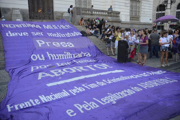 Mulheres protestam, na Cinelândia, contra PEC 181 que pode criminalizar todas as formas de aborto no país. Foto: Tomaz Silva/Agência Brasil