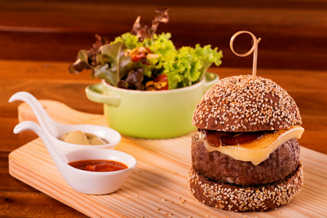Hambúrguer australiano é um dos mais pedidos do Greenmix Mercado Saudável. Fotos: 4Com/Divulgação