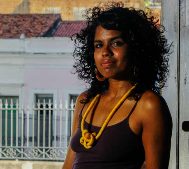A atriz e bailarina Janaína Gomes faz parte do Carne - Coletivo de Arte Negra e idealizou a performance 'Como manter-se preta e viva'. Crédito: Shilton Araújo/DP