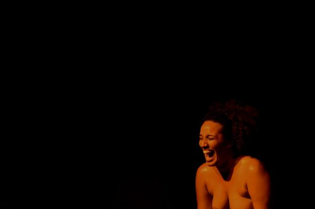 Brunna Martins em trecho da performance De CORpo. Crédito: Chico Peixoto/Divulgação