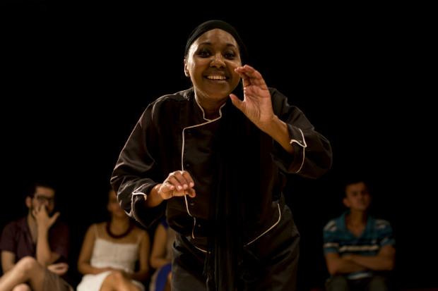 A atriz Naná Sodré, do grupo O Poste Soluções Luminosas, trata de violência contra a mulher no espetáculo 'A Receita'. Crédito: Thaís Lima/Divulgação