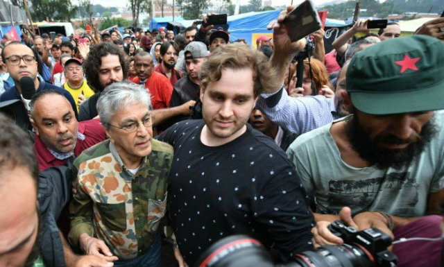 Cantor chegou à ocupação, mas foi impedido de se apresentar. Foto: Nelson Almeida/AFP