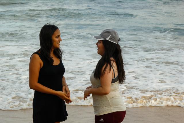 Mesmo morando perto da praia, as estudantes Isadora Melo, 18, e Mariana Albuquerque, 14, evitam o mar em Boa Viagem. Foto: Shilton Araújo/Esp.DP.