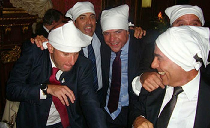 """Nas fotos da """"farra"""" aparecem o ex-governador do Rio, Sérgio Cabral, e seus amigos em um restaurante de Paris, com guardanapos amarrados na cabeça. Foto: Blog do Garotinho/Reprodução"""