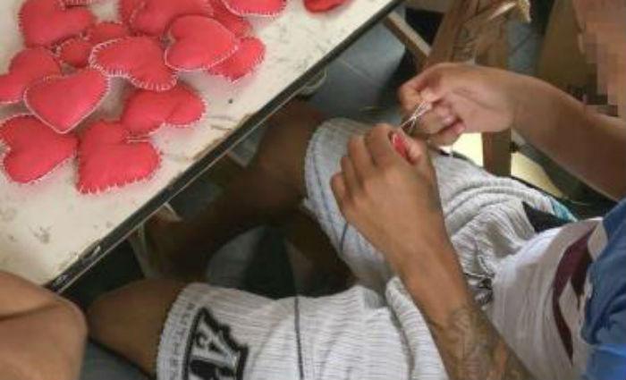 Adolescentes fizeram molde, corte, enchimento e costura dos corações, depositando ali todos seus sentimentos mais nobres, prontos para serem compartilhados. Foto: Funase/ Divulgação