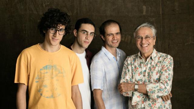 Caetano Veloso sobe ao palco ao lado dos três filhos para cantar sobre relações afetivas. Foto: Jorge Bispo/Divulgação
