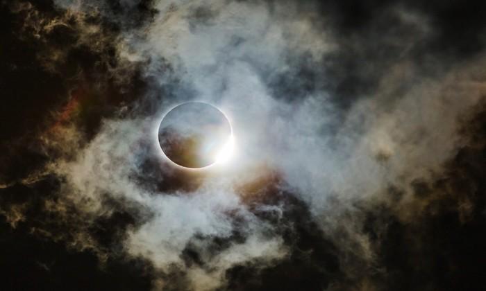 """O registro do eclipse que aconteceu em 2017 nos Estados Unidos foi vice-campeão na categoria """"Astronomia"""". Foto: Wei-Feng Xue/Divulgação"""