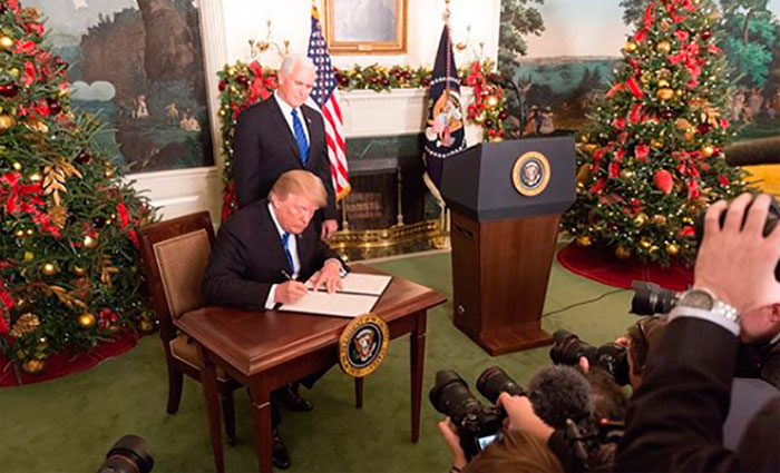 O presidente Donald Trump, acompanhado pelo vice-presidente Mike Pence, assina observações sobre a decisão da Administração de reconhecer Jerusalém como a Capital de Israel, na Casa Branca. Foto: Shealah Craighead/White House