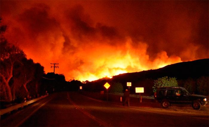27 mil americanos ficam fora das suas casas por causa de grande incêndio na cidade de Ventura na Califórnia Foto: Ventura County Fire Department