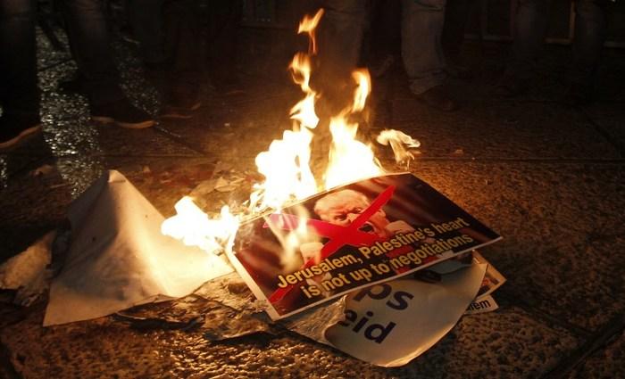 A decisão de Trump gerou inúmeros protestos na palestina, onde fotos dele e bandeiras dos EUA e Israel foram queimadas. Foto: Musa Al Shaer/AFP (Foto: Musa Al Shaer/AFP)