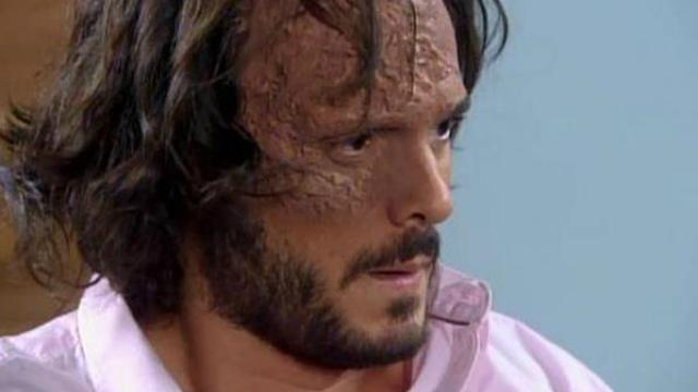 Acusado de agressão, Miguel pede a confiança de Mili. Foto: SBT/Reprodução