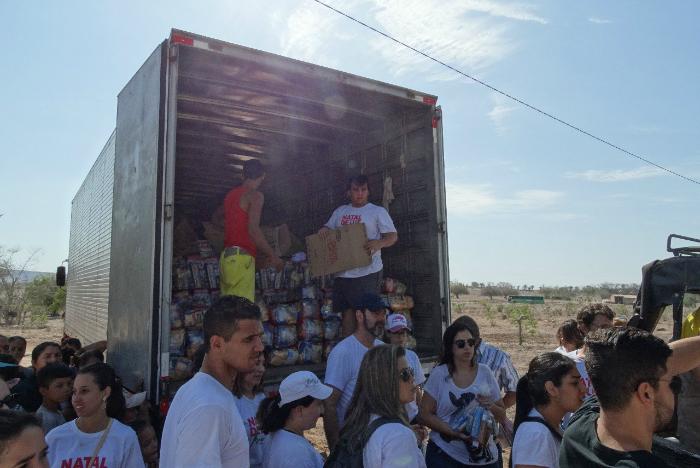 Entrega de donativos é feita há seis anos através de uma rede de voluntários. Foto: Natal Luz de Manari/Divulgação (Entrega de donativos é feita há seis anos através de uma rede de voluntários. Foto: Natal Luz de Manari/Divulgação)
