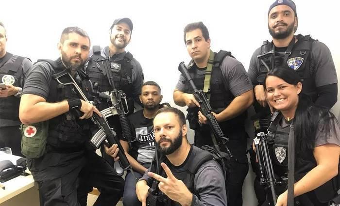 Policiais fizeram diversas fotos com o traficante. Foto: Redes Sociais