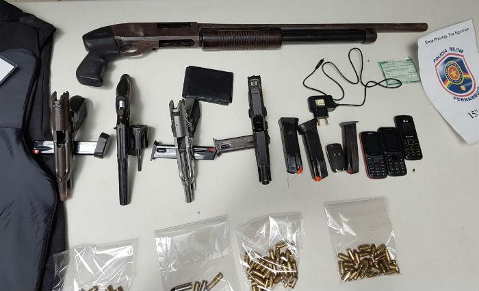 Com os quatro presos foram apreendidos duas pistolas calibre .380, um revólver calibre 38, uma escopeta calibre 12, um colete balístico e farta munição. Foto: PM/ Divulgação