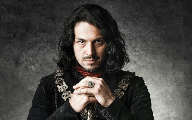 Romulo interpreta o príncipe Afonso, do reino de Montemor, par romântico de Bruna Marquezine. Foto: Gshow/Reprodução