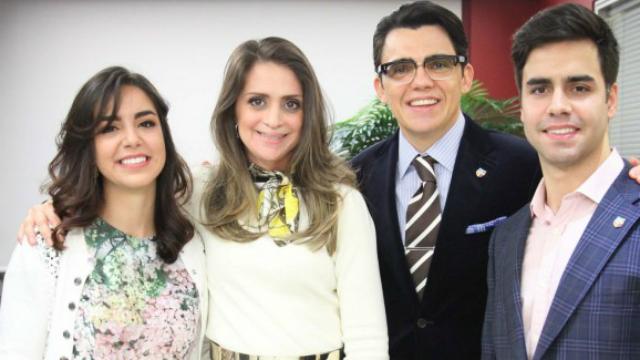 Vera e Louis com os pais adotivos, Viviane Freitas e o bispo Júlio Freitas. Foto: Vivianefreitas.com/Reprodução