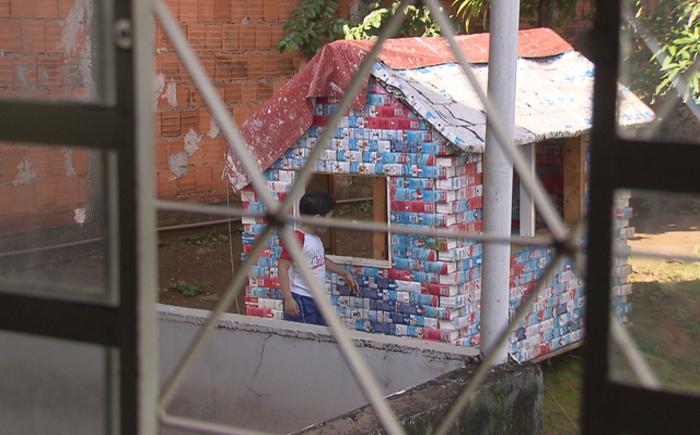 Casinha de brinquedo feita de material reciclável em terreno em Sobradinho, no Distrito Federal - Foto: TV Globo/Reprodução