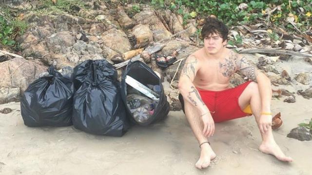 Youtuber publicou uma foto ao lado dos sacos de lixo que recolheu na praia. Foto: Intagram/Reprodução