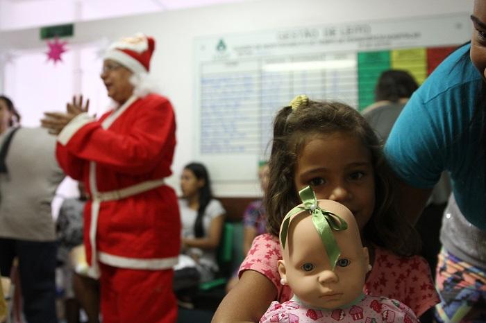 A pequena Geuza ganhou uma companheira para o tempo de espera durante o atendimento. Foto: Julio Jacobina/DP (A pequena Geuza ganhou uma companheira para o tempo de espera durante o atendimento. Foto: Julio Jacobina/DP)