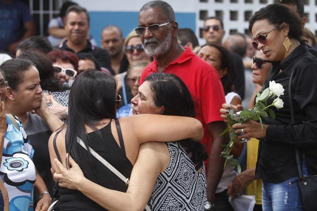 Mãe de Remís Carla é consolada por parentes e amigos. Foto: Ricardo Fernandes/DP