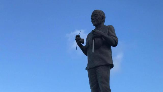 Estátua do artista continua sem o berimbau. Foto: Viver