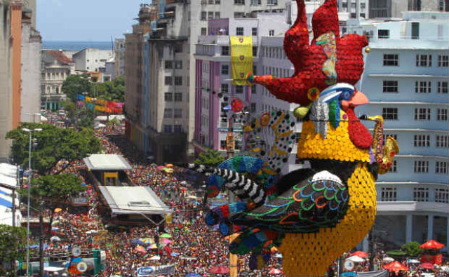 A estátua do Galo da Madrugada é um dos itens decorativos mais aguardados do Carnaval recifense. Foto: Paulo Paiva/DP