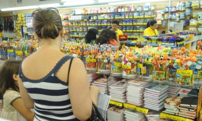 Brasília %u2013 Apenas um terço dos consumidores guardaram parte do décimo terceiro salário para despesas como material escolar, IPTU e IPVA. Foto: Arquivo/Agência Brasil.