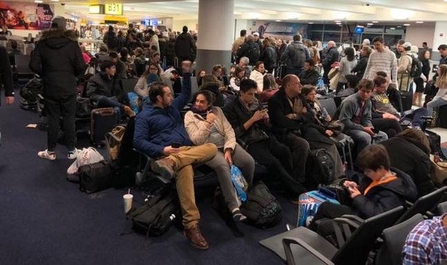 Passageiros passaram mais de 30 horas aguardando no aeroporto até serem encaminhados a um hotel. Foto: Ivna Cavalcanti/Cortesia (Passageiros passaram mais de 30 horas aguardando no aeroporto até serem encaminhados a um hotel. Foto: Ivna Cavalcanti/Cortesia)