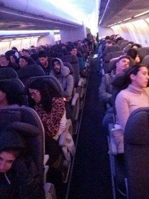 Passageiros chegaram a esperar três horas dentro da aeronave e não conseguiram viajar. Foto: Ivna Cavalcanti/Cortesia (Passageiros chegaram a esperar três horas dentro da aeronave e não conseguiram viajar. Foto: Ivna Cavalcanti/Cortesia)